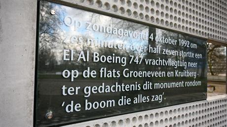Monument Bijlmerramp in Zuidoost foto Edwin van Eis