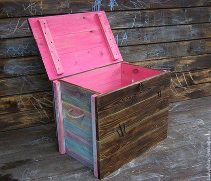 Купить или заказать Деревянный сундук. Большой сундук деревянный 'Радуга' в интернет-магазине на Ярмарке Мастеров. Деревянный сундук - отличный подарок и мужчинам и женщинам. Прекрасный подарок и предмет интерьера, благодаря проявленной текстуре дерева. Деревянный сундук подойдет для хранения вещей, детских игрушек, может быть использован как стол. Вместительный и практичный. Сундук выполнен из дерева хвойных пород, частично браширован, покрашен акриловыми красками.