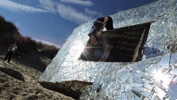 Anonyme, l'artiste qui a couvert le premier blockhaus de Leffrinckoucke en miroir s'est lancé un nouveau défi: une exposition photo en col [...] - Dunkerque - La Voix du Nord