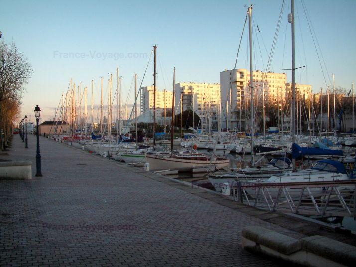 Lorient: Quai, port avec bateaux et voiliers, immeubles au loin - France-Voyage.com