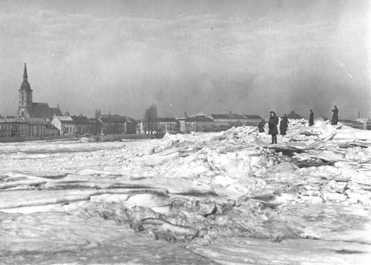 File:Zamrznutý Dunaj.JPG