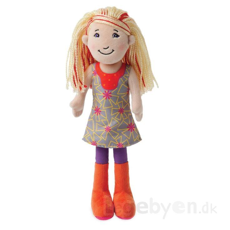 Groovy Girls Renee har lyst hår med røde striber, og er klædt i en fin sommerkjole. Groovy Girls dukken er i super lækker kvalitet med mange flotte detaljer. #GroovyGirls er en unik serie af prisvindende dukker og tilbehør, der reflekterer og appelerer til pigers sans for mode og stil og mange interesser. Find dukkerne på Legebyen.dk