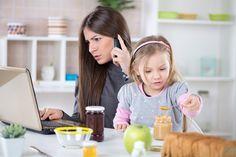 Secondo una ricerca le mamme che portano il cellulare a tavola rischiano di avere figli meno in linea. E di non riuscire ad ascoltare i loro problemi. http://www.iobimbosardegna.com/mamme-bambini/cura-e-alimentazione/non-portate-il-cellulare-a-tavola-avrete-figli-in-forma/