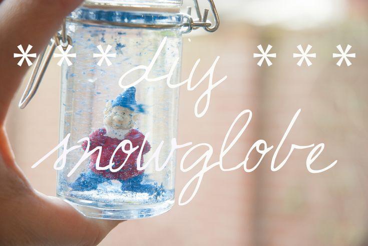 Een doe-het-zelf sneeuwbol. We maakte twee sneeuwbollen! Een sneeuwbol, daar kan je je dag in dag uit mee vermaken. Heel leuk om samen te maken - de eerste kerst decoratie.
