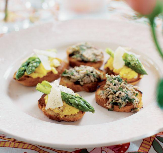 Crostini med vit tryffel-äggröra och grön sparris