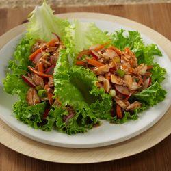 Rollos de Atún y Lechuga al Estilo Asiático:Mezcle en un recipiente mediano el atún con los demás ingredientes, excepto la lechuga. Con una cuchara, coloque 1/4 de la mezcla de atún sobre cada hoja de lechuga. Envuelva la mezcla con la hoja de lechuga y sirva.  (10g de carbohidratos)118 calorias