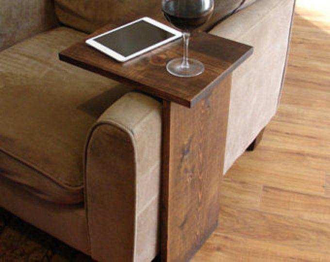 Bandeja artesanal de mesa con bolsillo de almacenamiento. El complemento perfecto para una silla sofá en cualquier casa, apartamento, condominio o cueva de hombre.  Ha sido lijar, luego teñido y sellado con un acabado de color nogal oscuro.  El soporte es libre y puede utilizarse en cualquier lugar alrededor de la casa.  No deja marcas, antideslizante de goma está instalado en la parte inferior de la base.  Esta pieza no incluye los accesorios como se muestra en las fotos.  El color de la…