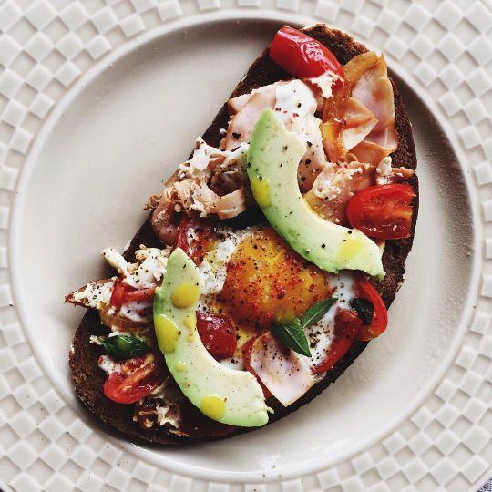 Бутерброд с куриной ветчиной, яйцом, томатами и авокадо