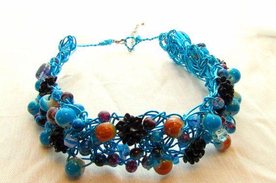 Collier de tiges entrelacée avec perles de couleur. Longueur totale 34 cm.  Partie ajustable 8cm. sur Etsy, $40.00 CAD