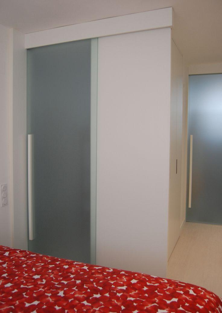 Puertas dormitorio y baño desde el vestidor