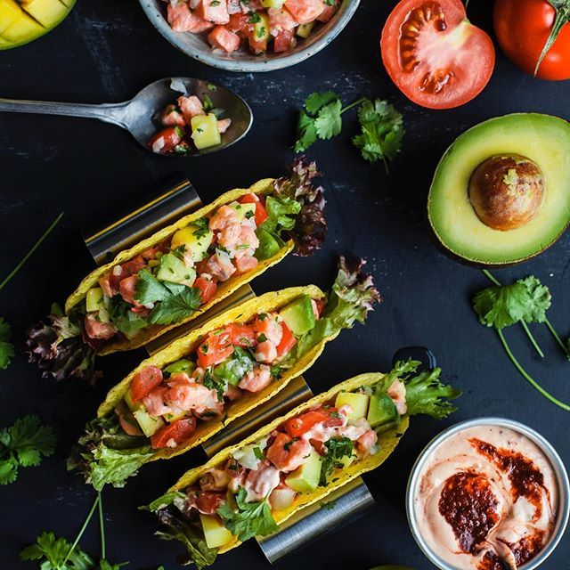 Det här är den fräschaste tacos du har smakat!  Ceviche på lax, grönsaker, vitlök, koriander och pressad lime toppas med majonnäs smaksatt med chipotle-paste. #fisk #santamariasverige #taco #fisktacos