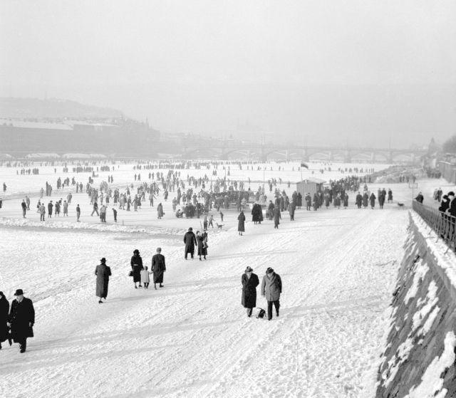 Zimní radovánky v plném proudu, zamrzlá Vltava roku 1937
