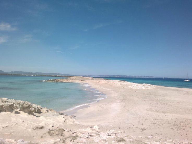 Los usuarios de la red social TripAdvisor han elegido las 10 mejores playas españolas de los premios Travellers' Choice 2016. Como ocurre con casi todas las encuestas, habrá muchos que no estéis de acuerdo con los resultados, por eso os invito que digáis aquí qué playa o playas habríais incluido...