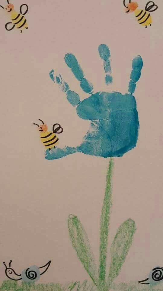 Blumen- und Bienengrafik erstellt mit einem Handabdruck und ein paar Daumenabdrücken. Auf jeden Fall wertvoll