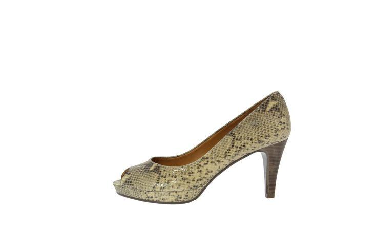 """Lækker sort peep toe pumps fra Billi Bi! Stilen er enkelt og elegant - og blandet sammen med det lækre slangemotiv har man en opsigtsvækkende pumps! Skoen er af det lækreste bløde skind, som smyger sig rundt om foden og samme med læder indersålen tilpasser det sig hurtigt fodens unikke pasform! Peep toe åbningen gør, at skoen er ideel at danse i, da storetåen ikke kan gå imod! Denne pumps er den perfekte """"gå-i-byen"""" / """"dag-på-kontoret"""" pumps og de"""