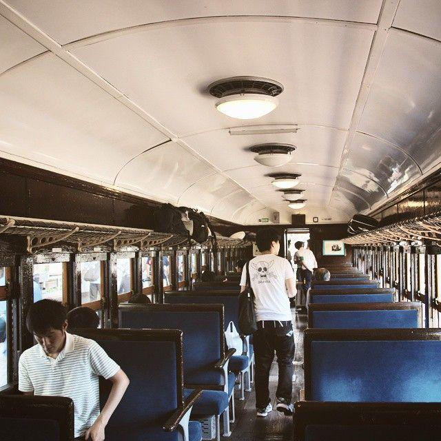 昨日の続き #JR#宇都宮線 を走った#宇都宮線開業130周年記念号 5両の#旧型客車 のうち乗れたのは一番後ろの5両目#1938 年製の#スハフ32 木製ばっかのレトロな車内ですね 冷房はおろか扇風機さえついてないから車内はあっっっつかったです(;) しかし窓を開けて走るとけっこう涼しかったです #鉄道#JR東日本#宇都宮駅#宇都宮#栃木#客車#臨時#臨時列車 #tv_transport#tv_travel#trains_worldwide#splendid_transport#splendid_shotz#railways_of_our_world#wu_japan#icu_japan#wow_nihon#_rsa_theyards#loves_vehicles#daily_crossing#pocket_rail#railway#japan by niikura1025