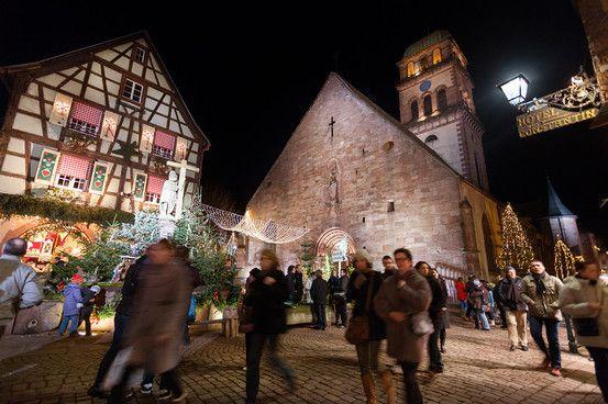 Kaysersberg à Alsace Un Noël en chansons, comme le chantait si bien Tino Rossi « Petit Papa Noël, quand tu descendras du ciel avec tes jouets par milliers… » http://www.noelalsace.eu/krr.html#kaysersberg