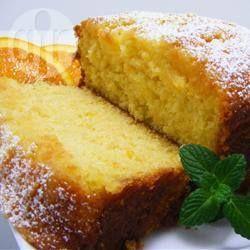 Esta receta combina jugo y ralladura de naranja en la masa de un panqué que, además, va bañado en un glaseado de naranja.