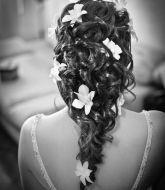 свадебная прическа, прическа на свадьбу, невеста, прическа на рыжие волосы, сборы невесты, свадебный стилист, стилист, свадебный макияж, свадебная прическа с живыми цветами, на распущенные волосы