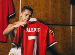 Pics: Alexis Sanchez's arrival at United - Official Manchester United Website
