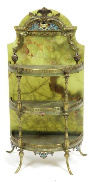 Etagère  en onyx vert et bandes cloisonné à trois plateaux, pieds en bronze. Fin XIXème siècle Haut: 60 cm Larg: 30 cm