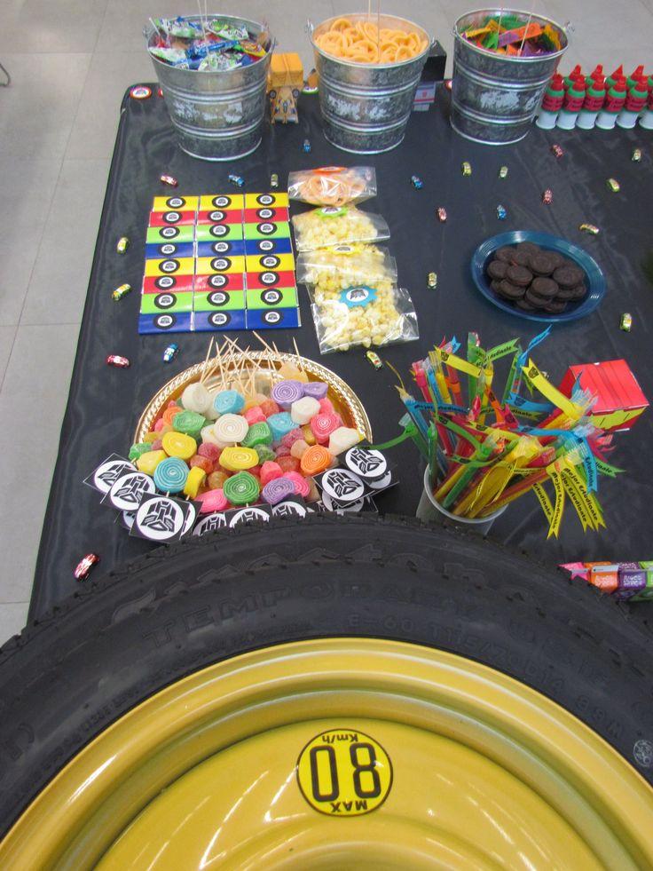Vista aerea de la mesa de dulces. Colores y mucha diversión. También puedes usar elementos de autos reales, como esta llanta, eso le dará aún más originalidad a la mesa.