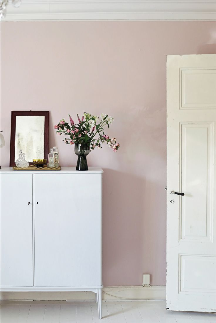Bedroom wall painted in the greyish pink Puderrosa 673 from Beckers. In collaboration with Swedish blogger Emma's Vintage.