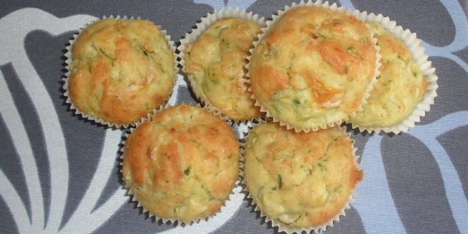 """Questi muffin salati alle verdure sono, oltre che davvero buoni, un'ottima ricetta """"svuotafrigo"""", realizzata con verdure avanzate (nel mio caso peperoni, zucchine e patate). Procedimento: 1) Pulite le verdure e cuocetele in padella in modo tale da eliminare l'acqua (ovviamente se sono già pronte saltate questo passaggio!). 2) Procedete ora come per i normali muffin…"""