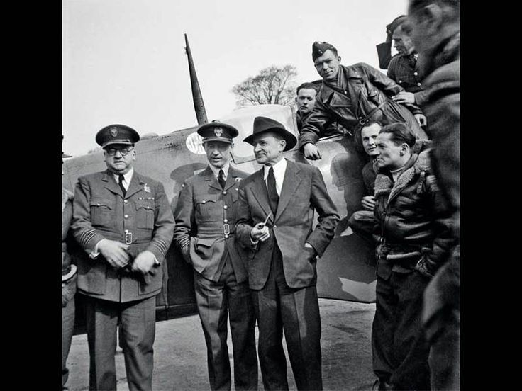 Battle of Britain. Merian Cooper during his visit at Polish 303 squadron. 20 years earlier he served in squadron during Polish-Bolshevik War as a one of the American volunteers.