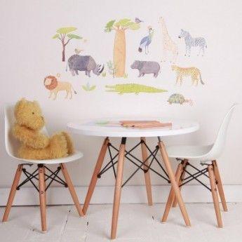 Sticker En safari – 64,5 x 43 cm – Tissu – Love Mae  Le sticker En safari sera idéal pour la chambre de votre enfant ou sa salle de jeu. Il met en scène les différents animaux de la savane comme le lion, le rhinocéros ou la girafe. Chaque animal est décoré par différents motifs, mais conserve sa couleur naturelle. Cette décoration murale pourra aussi bien faire office de support à une histoire pour faire rêver vos enfants.