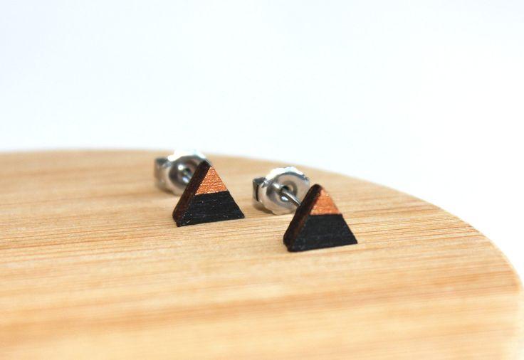 houten driehoek oorbellen, houten oorstekers, cadeau idee voor vriendin, cadeau, handgeschilderde juwelen, brons, zwart door JolisMots op Etsy