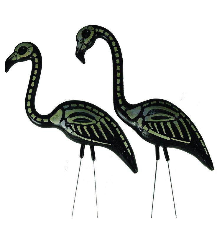 El iconico flamingo diseñado hace más de 40 años por el artista Don Featherstone. Fabricado en polietileno, lo que le confiere una gran durabilidad y lo hace perfecto tanto para exteriores como interiores. Cada flamingo incluye dos patas metálicas ideales para clavar en jardines o jardineras. El pack incluye dos flamingos uno con la cabeza vertical y otro con la cabeza horizontal. Si solo quieres uno consúltanos.
