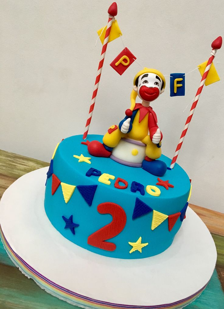 Torta de cumpleaños temática Piñón Fijo. #clown #libertinapasteleria #pasteleria #pattiserie #torta #cake #pastel #piñonfijo #payaso #circo #circus #vainilla #dulcedeleche #ganache #pasteleriasuperior #ganacheado #bordesfilosos #banderines #ruco #quieroeso #delicioso #delicius