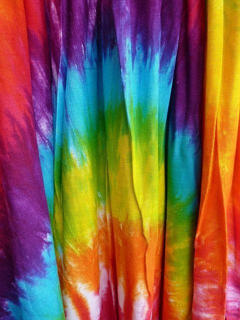 Grundanleitung zum Batiken. Knüpfbatik. Einfache Batik-Shirts kann man mit wenigen Mitteln auch selbst färben. Es gibt verschiedene einfache Techniken, die auch schon von Kindern bewältigt werden können. Mit etwas Farbe, Schnur und einigen Eimern sind in kurzer Zeit modische Shirts kreiert und Spaß macht es auch.