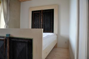 Čela postele vyrobena ze starých vchodových dveří