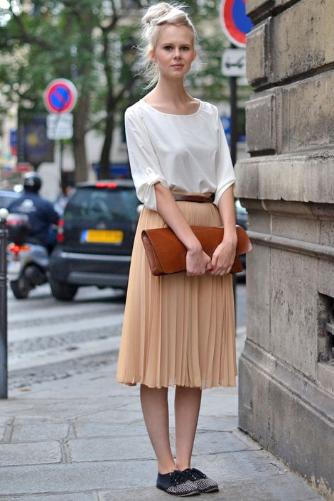 Oversized leather clutch.: Fashion Street Styles, Summer Style, Street Style, Paris Street Fashion, Outfit, Leather Clutch, Wear, Oversized Leather, Pleated Skirts