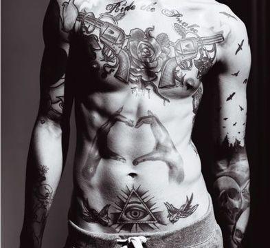 tatuajes en la pelvis hombres color negro
