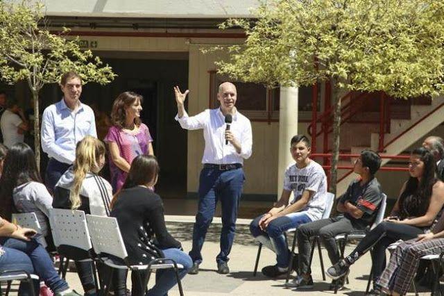 """AHORA ALUMNOS TRUCHOS: LARRETA HIZO ACTO CON ESCOLARES DE """"EXTRAS"""". VIDEO    POLÉMICA POR LOS ALUMNOS TRUCHOS QUE LLEVÓ LARRETA PARA ANUNCIAR LOS 10 DÍAS MAS DE CLASES Docentes capitalinos de la escuela secundaria Comercial 6 increparon a funcionarios de la Ciudad porque llevaron al colegio América alumnos de otra escuela a participar un acto con el jefe de gobierno Horacio Rodríguez Larreta. Decidimos un día en dónde sabíamos que iba a tener difusión en loEl anuncio de los diez días extra…"""