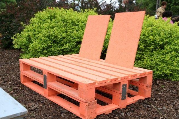 Palety drewniane, czyli platformy służące do składowania i transportowania towarów, na stałe zawitały do naszych domów. Z palet robi się meble właściwie do wszystkich pomieszczeń, a także do ogrodu. Oto instrukcja, jak krok po kroku zrobić meble ogrodowe z palet drewnianych.