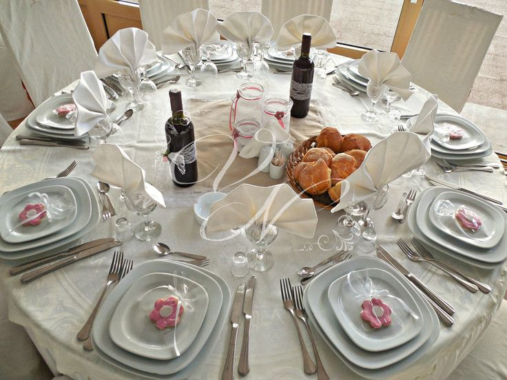 Διακόσμηση τραπεζιού βάπτισης: βάζα τυλιγμένα με δαντέλα και χειροποίητα πλεκτά λουλούδια - Baptism table centerpiece: mason jar coverd with lace and handmade crochet flower