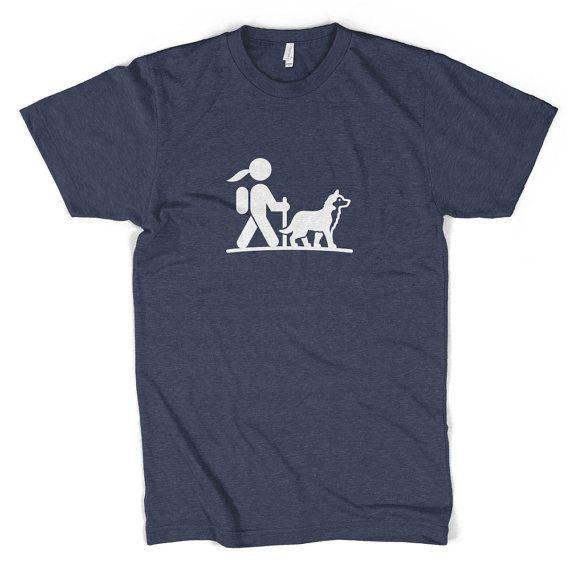 La randonnée est génial. Huskies sont impressionnants. Alors quoi de mieux que la randonnée avec un Husky? Ce T-shirt, c'est ce que. Glisser sur, frappez les sentiers et préparez-vous pour tous les visages souriants, que vous allez voir et les innombrables compliments que vous allez entendre.  Forme mince et athlétique. Base de 60 % peigné coton et 40 % polyester jersey. Doux et respirant, et a quelques étirement. Niveau suivant 6210 coton / Poly mélange Tee  • Douceur extrême • Légère...