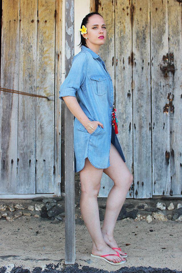 Collana con nappine, tatuaggi temporanei, outfit da spiaggia