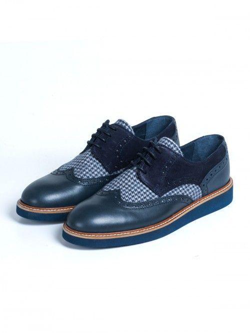 Zapato en piel color azul y de alta calidad, confeccionado artesanalmente en España. Un diseño con inserto de lana y de pata de gallo, que aportará elegancia y sofisticación a tu look. Cierra con cordones en color azul y suela también azul. www.soloio.com   #manshoes #shoes #madeinspain #shoesfromspain #menstyle #outfitdetails #derby #derbyshoes