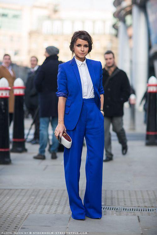 CORTEGE :  Demoiselle d'honneur en tailleur bleu électrique.  #cortège #demoiselledhonneur