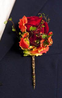 Red Rose, Gloriosa and Muehlenbeckia vine boutonniere. http://www.interflora.no/corsagesmykke.190085.no.html