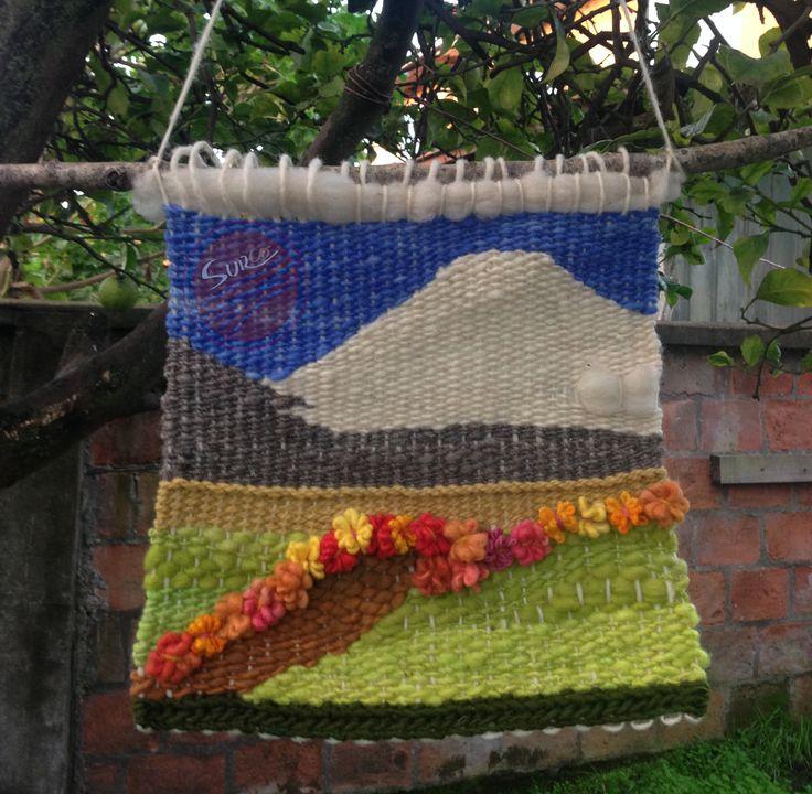 Hermoso paisaje que resalta la presencia del volcán. Realizado en lana 100% natural #Telar #telardecorativo #volcan #decoracion