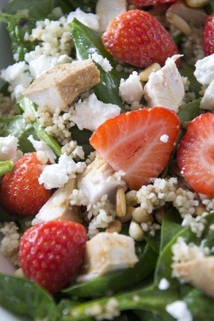 Aardbei-spinazie salade met pijnboompitten | Vervang couscous door quinoa om glutenvrij te maken