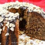 Nusskuchen Low Carb - herrlich saftig und mit Schokoladenglasur. Mit wenig Kohlenhydraten und ohne zusätzlichen Zucker unbeschwert geniessen