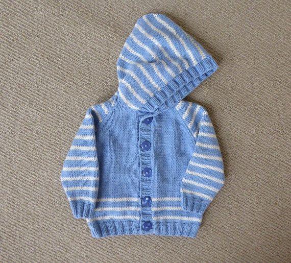 Bleu pull à capuchon avec des bandes blanches, apte à 6 mois, handknit.