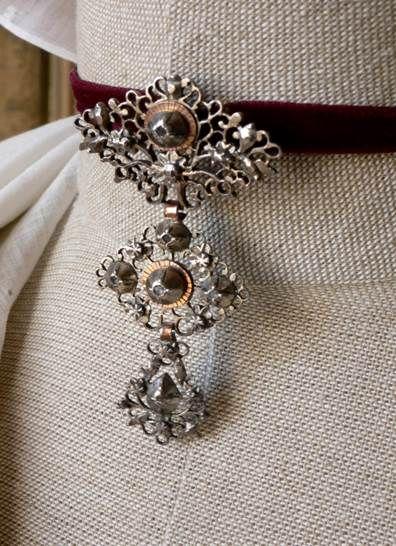 Croix papillon fin du XVIIIème siècle – Fragonard Parfumeur #Collection #Museum